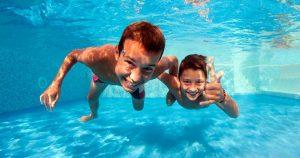 disfrutan nadando con seguridad