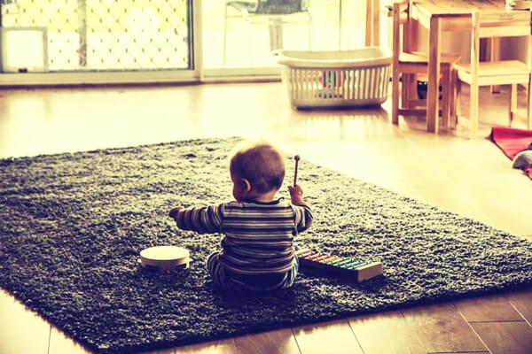Bebé tocando música en el comedor