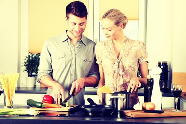 Hombre y Mujer cocinando